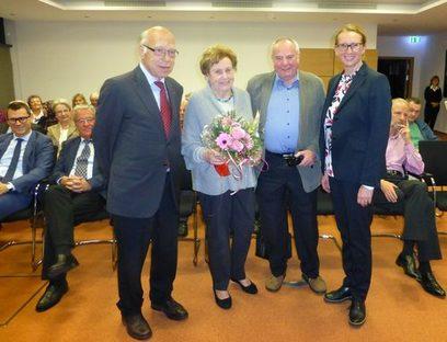 Stadtverordnetenvorsteher Vater, Erika und Dr. Helmut Schmidt, Bürgermeisterin Stang