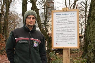 Förster Kollmannsberger mit einer der neuen Informationstafeln