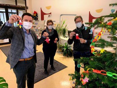 von links: Bürgermeister Christian Vogt, die Leiterin des Bürgerbüros Petra Hückel und Stadtrat Bernhard Köppler beim Schmücken des Weihnachtsbaums.